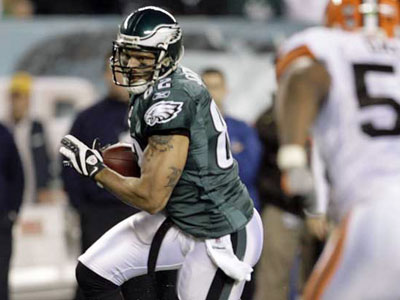 Tight end L.J. Smith lost favor among many Eagles fans in 2008. (File photo)