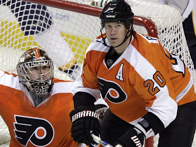 Chris Pronger is expected to miss at least three weeks while his broken hand heals.  (Yong Kim / Staff Photographer)