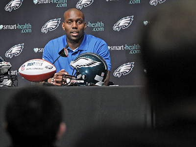 Trent Cole addresses the media Wednesday after signing a four-year extension with the Eagles. (Alejandro A. Alvarez / Staff Photographer)