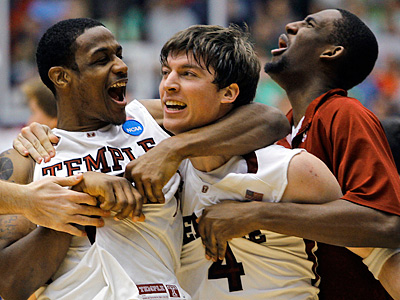 Temple´s Juan Fernandez, center,  celebrates after making the winning basket. (AP Photo/San Diego Union-Tribune, K.C. Alfred)