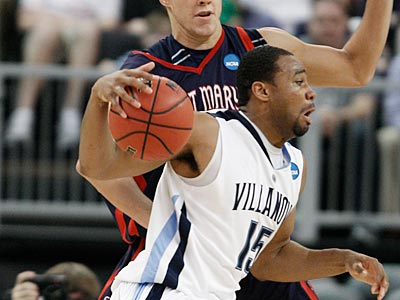 No. 10 St. Mary´s led No. 2 Villanova by seven points at the half. (AP Photo/Winslow Townson)