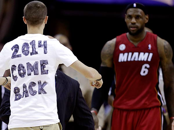 A fan runs out on the court towards Miami Heat´s LeBron James during the fourth quarter on Wednesday, March 20, 2013, in Cleveland. Miami won 98-95. (Tony Dejak/AP)