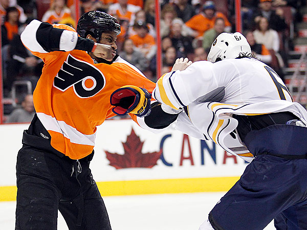 Flyers´ Wayne Simmonds and Buffalo Sabres´ Mike Weber fight. (Yong Kim/Staff Photographer)