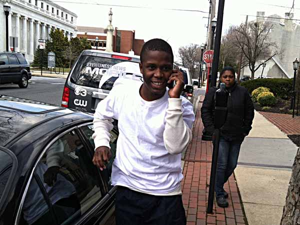 Tahmir Craig gets out of his mother´s car - a free man. With him is his mom,  Melonie Craig.  (Photo: Mari A. Schaefer)