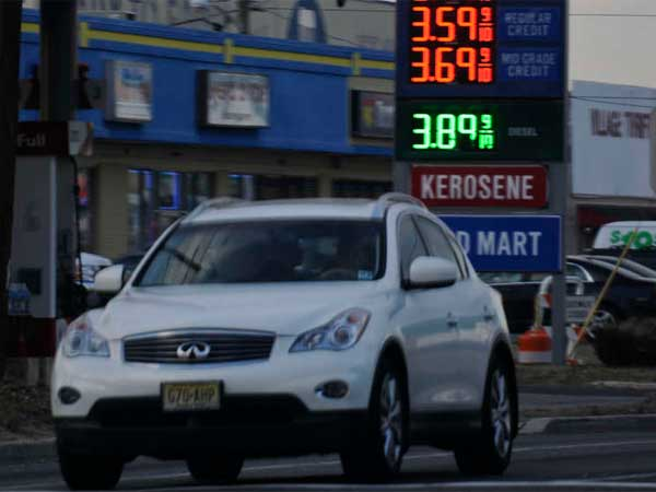 A driver on Route 130 earlier this spring. Gas prices in the Philadelphia region are dropping. (Ron Tarver / Staff Photographer)