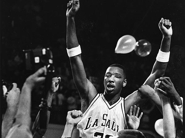 In 1990, Lionel Simmons celebrated his 3000th point. (Inquirer File<br />Photo)