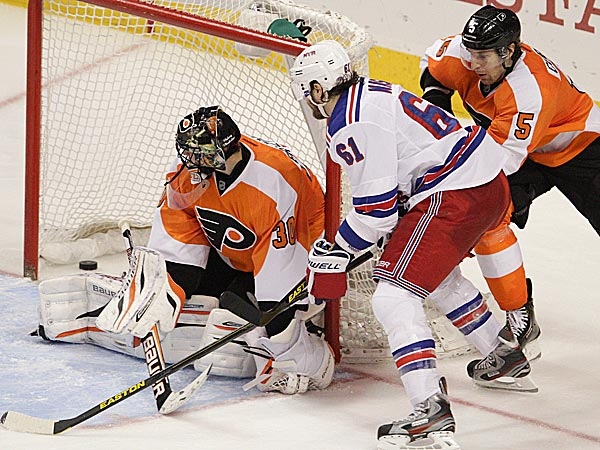 Flyers goalie Ilya Bryzgalov can´t stop the goal by Rangers´ left wing Rick Nash. (Steven M. Falk/Staff Photographer)