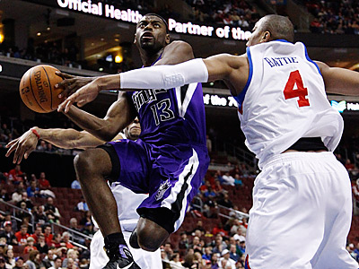 Sacramento Kings´ Tyreke Evans goes up for a shot against Tony Battie in the first half. (AP Photo/Matt Slocum)