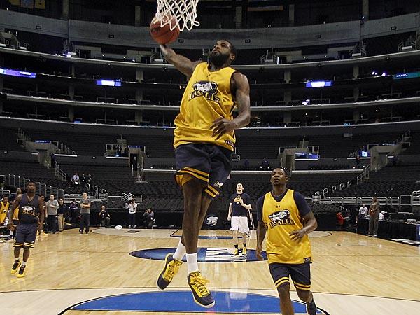 La Salle´s Ramon Galloway dunks the basketball. (Yong Kim/Staff Photographer)