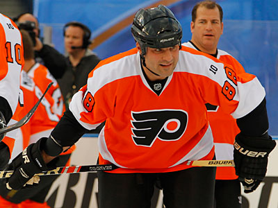Eric Lindros´ rocky relationship with the Flyers has thawed since his participation in the Winter Classic alumni game. (Tom Mihalek/AP)