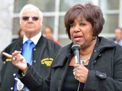 Arlene C. Ackerman, superintendent of the Philadelphia School District, addresses a rally by Temple University students in front of district headquarters yesterday. (Ron Tarver / Staff Photographer)