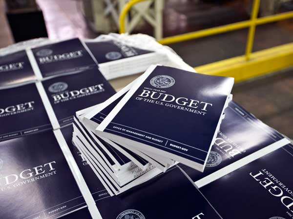 Copies of President Barack Obama´s budget plan for fiscal year 2014 are prepared for delivery at the U.S. Government Printing Office in Washington. (AP photo)