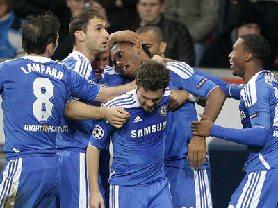 Chelsea´s Didier Drogba, center, celebrates with teammates during the Champions League Group E soccer match. (AP Photo/Frank Augstein)