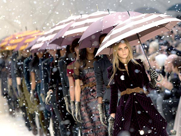 Cara Delevingne leads the pack of models down Burberry´s A/W 2012 runway. (AP Photo)