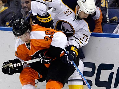 Claude Giroux and the Flyers will look to forecheck the Sabres´ defensemen aggressively. (David Duprey/AP)