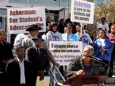 State Sen. Shirley Kitchen (right) speaks out in support of Superintendent Arlene Ackerman during a rally Thursday outside Philadelphia School District headquarters (Tom Gralish / Staff Photographer)
