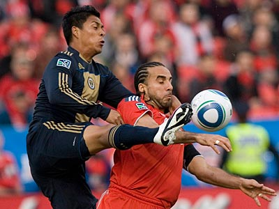 Toronto FC´s Dwayne DeRosario, right, and the Union´s Mike Orozco challenge for the ball. (AP Photo/The Canadian Press, Chris Young)