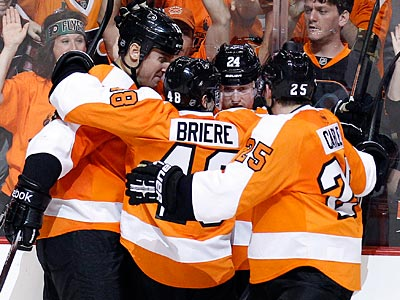 Flyers celebrate Matt Read´s first-period goal in their win over the Penguins in Game 3. (Yong Kim/Staff Photographer)