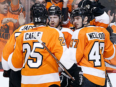 Claude Giroux celebrates his first period goal with his Flyers teammates. (Yong Kim/Staff Photographer)