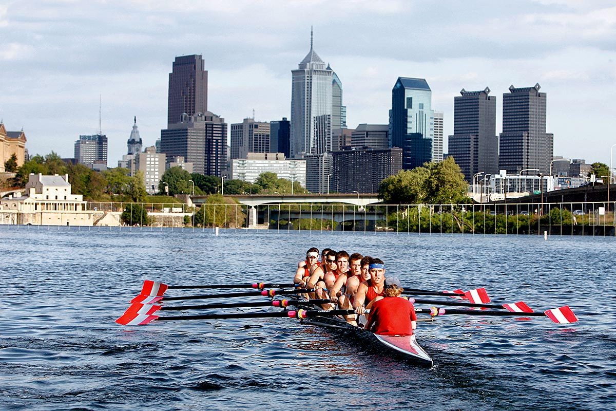 The varsity eight crew from Saint Joseph´s University works out on the Schuylkill River.