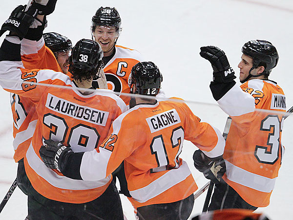 Flyers celebrate Oliver Lauridsen´s goal that proved to be the game winner against the Islanders.  (David Maialetti/Staff Photographer)