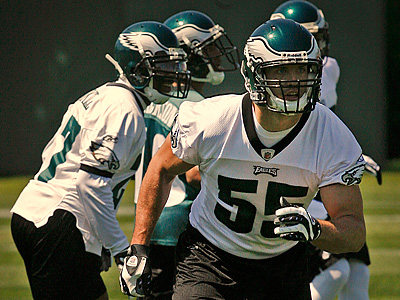 Stewart Bradley, pictured earlier this offseason, tweaked his calf during Wednesday´s Eagles practice. (Alejandro A. Alvarez / Staff Photographer)