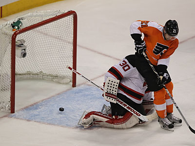 Danny Briere´s game-winner trickles in against the Devils to win Game 1. (Michael Bryant/Staff Photographer)