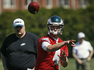Andy Reid watches as new starting quarterback Kevin Kolb throws during practice on Friday. (Alejandro A. Alvarez / Staff Photographer)