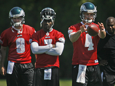 Joey Elliott, left, and Michael Vick watch as starter Kevin Kolb takes the snap during Eagles minicamp on Friday. (Alejandro A. Alvarez / Staff Photographer)