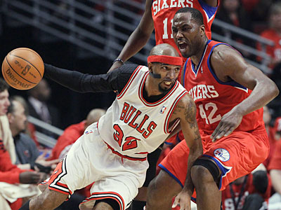 Sixers forward Elton Brand guards Bulls guard Richard Hamilton during the first quarter. (Nam Y. Huh/AP)