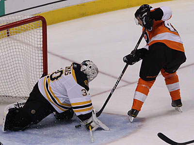 Danny Briere gets stopped on a breakaway by the Bruins´ Tim Thomas during the Flyers´ 3-2 overtime loss. (Michael Bryant/Staff Photographer)