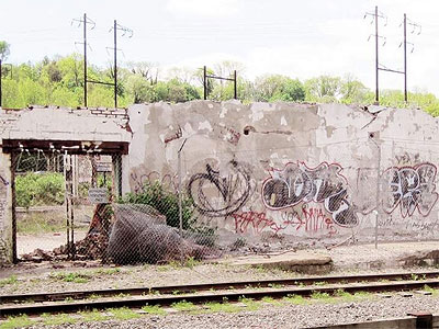 In Manayunk, the remaining graffitied walls of a demolished building are an eyesore. (Juliana Reyes / Staff)