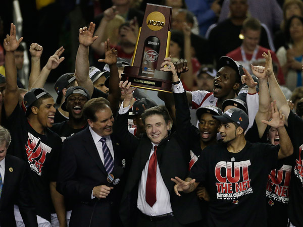 CBS´ Jim Nantz is seen on stage with Louisville after the Cardinals received the trophy for winning this past season´s national championship. (Chris O´Meara/AP file photo)