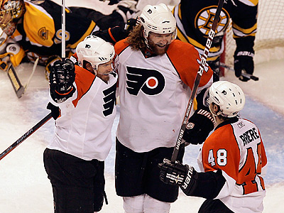 Flyers´ Scott Hartnell (center) celebrates his goal with Kimmo Timonen (left) and Danny Briere.  (Yong Kim / Staff Photographer)