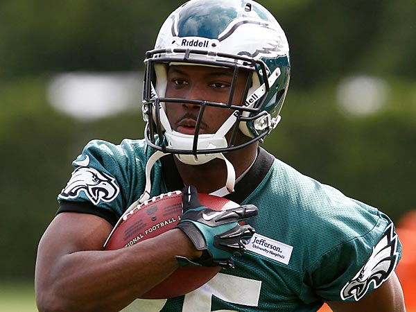 Running back LeSean McCoy runs with the ball during Eagles organized<br />team activities at the NovaCare Complex in Philadelphia on May 13,<br />2013. (David Maialetti/Staff Photographer)