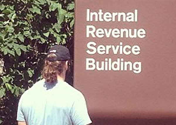 Eagles offensive lineman Evan Mathis had a special message for the Internal Revenue Service Wednesday. (Photo via Evan Mathis´ Twitter)