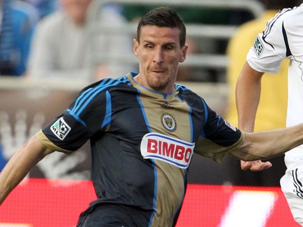 The Union&acute;s Sebastien Le Toux (center) moves with the ball against Los<br />Angeles Galaxy&acute;s Tommy Meyer (left) and Omar Gonzalez during the first<br />half at PPL Park on Wednesday, May 15, 2013. (Yong Kim/Staff Photographer)