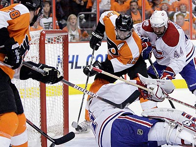 Simon Gagne scores his second period power-play goal. (Yong Kim / Staff Photographer)