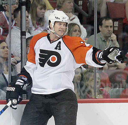 Flyers´ Chris Pronger points to his teammates against Montreal Canadiens.