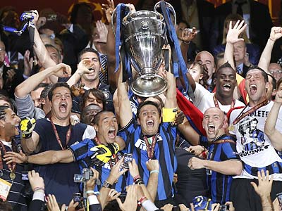 Javier Zanetti lifts the Champions League trophy after Inter Milan´s 2-0 win over Bayern Munich. (Matthias Schrader/AP)