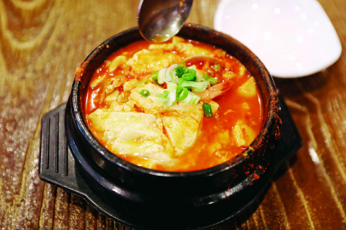 Dubu´s signature dish, soondubu, is served in a seafood variant. The tofu stew takes several weeks to make.