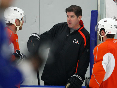 Flyers head coach Peter Laviolette runs practice on Wednesday. (David Maialetti / Staff Photographer)