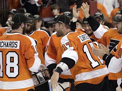 The Flyers´ Mike Richards and Jeff Carter celebrate winning the Eastern Conference Championship. (Yong Kim / Staff Photographer)