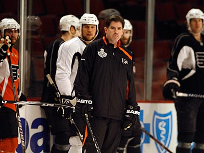 Peter Laviolette and the Flyers face the Blackhawks tonight in Game 1 of the Stanley Cup Finals. (David Maialetti / Staff Photographer)
