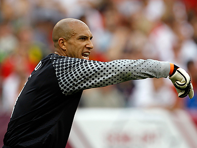 United States´ goalkeeper Tim Howard yells to his team during the second half. (AP Photo/Matt Slocum)
