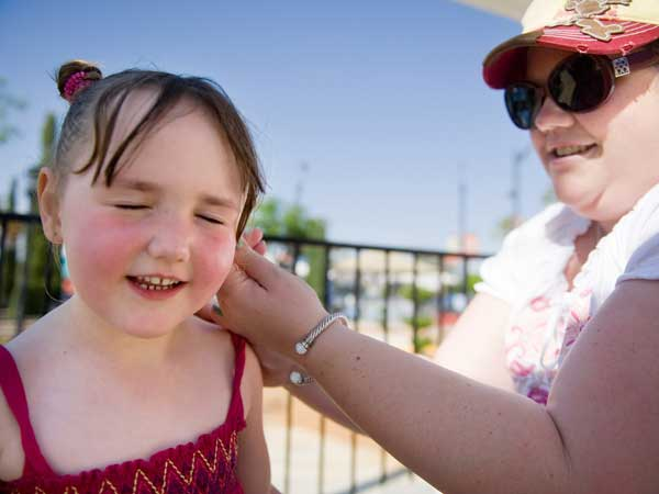 Applying sunscreen is one tip for staying safe in the heat. (AP photo)