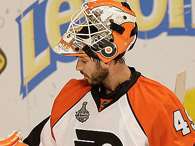 Michael Leighton made 24 saves, but gave up two goals in 28 seconds in the Flyers´ loss. (David Maialetti/Staff Photographer)