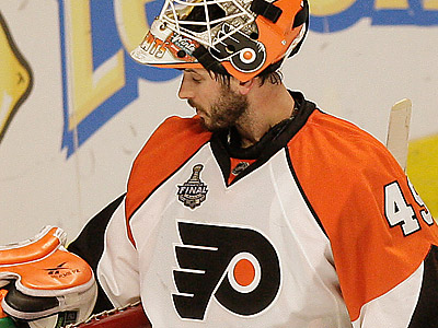 The Flyers have re-signed goalie Michael Leighton to a two-year deal. (David Maialetti / Staff Photographer)