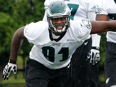 "Fletcher Cox said he is ""getting off the ball a whole lot quicker"" than when workouts started. (Alejandro A. Alvarez/Staff Photographer)"