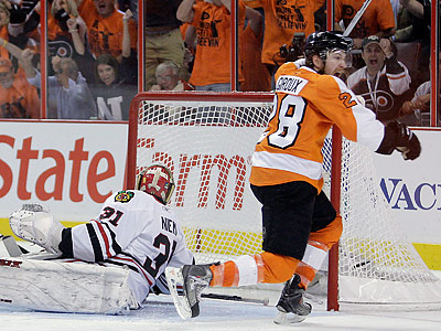 Claude Giroux celebrates scoring the game-winning goal in overtime. (Yong Kim/Staff Photographer)